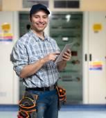 elettricista usando il suo computer tablet
