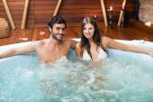 Photo couple relaxing in hot tub