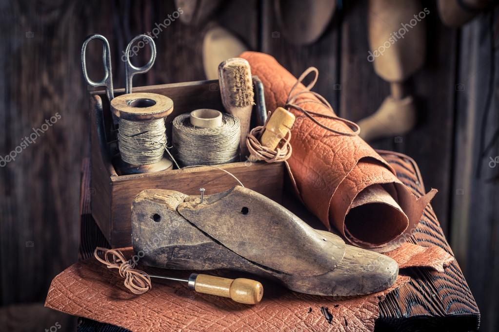 d382097edea Kleine schoenmaker workshop met schoenen, veters en tools — Stockfoto