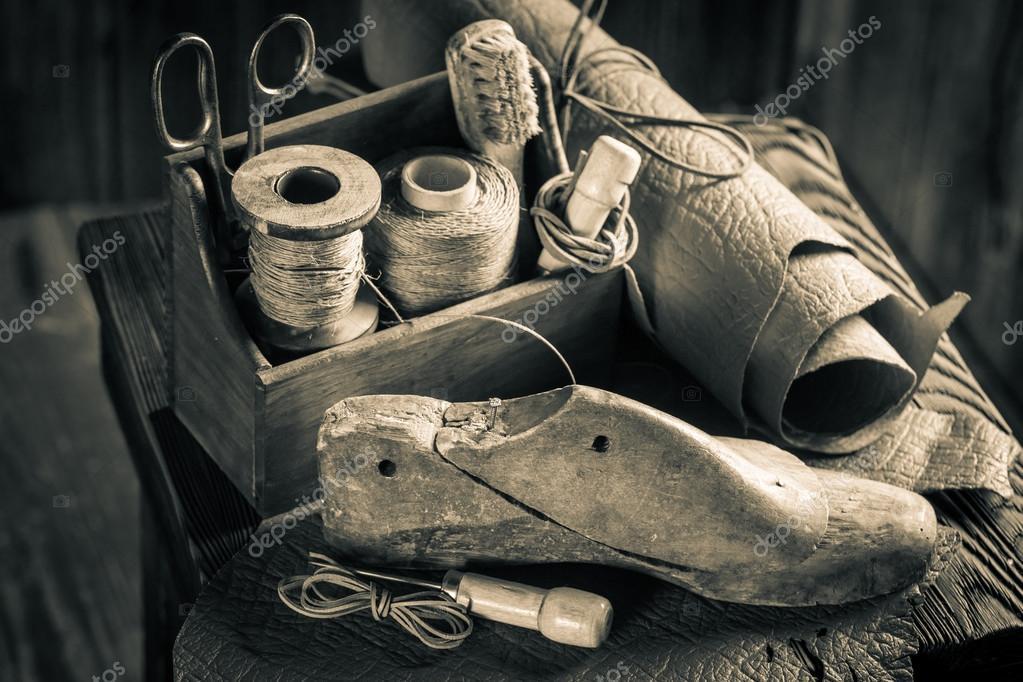 6ae62460e6f Kleine schoenmaker werkplek met hulpprogramma's, schoenen en veters —  Stockfoto