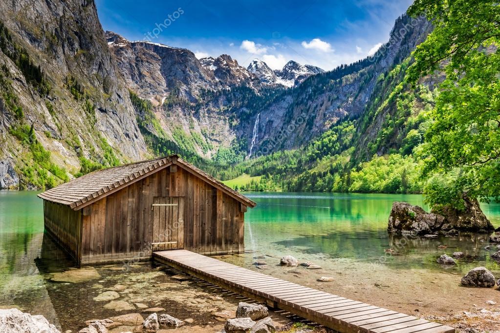 Piccola cabina di legno nel lago di obersee in alpi for Cabina nel noleggio lago tahoe