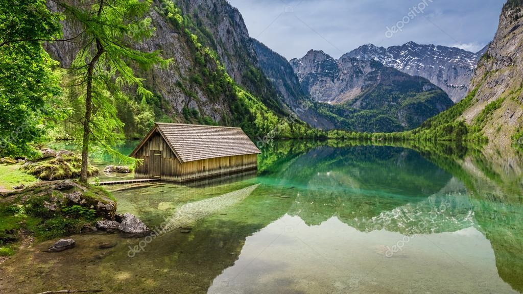 Фотообои Красивый вид небольшой коттедж на берегу озера Оберзее в Альпах, Германия