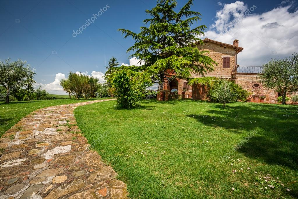 Case Di Campagna In Pietra : Strada di pietra per la casa di campagna u foto stock shaiith