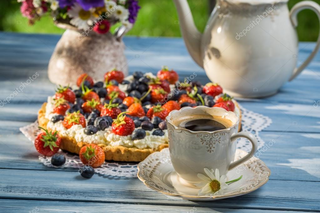 kaffee und kuchen im garten serviert stockfoto shaiith79 58830975. Black Bedroom Furniture Sets. Home Design Ideas