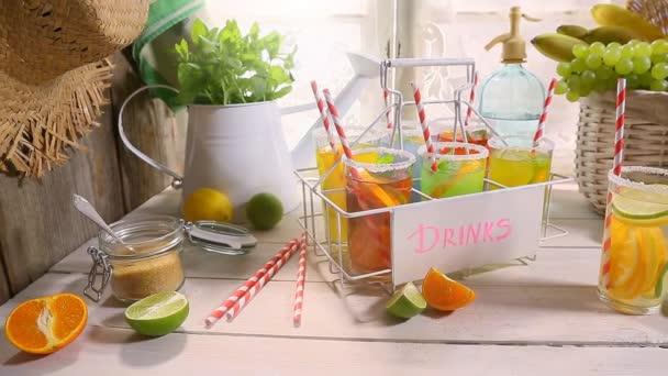 Erfrischende Sommerküche : Erfrischende limonade mit frischen früchten im sommer u stockvideo