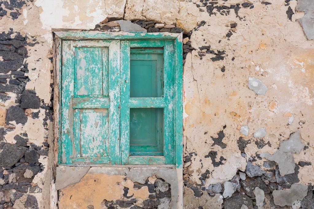 Un marco de ventana vieja cerrada — Foto de stock © kyrien #94545690