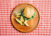 chutné burger na dřevěný tác