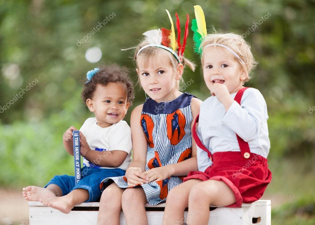 d1b0ba599 Niños fuera con libros — Foto de stock © doglikehorse #66282413