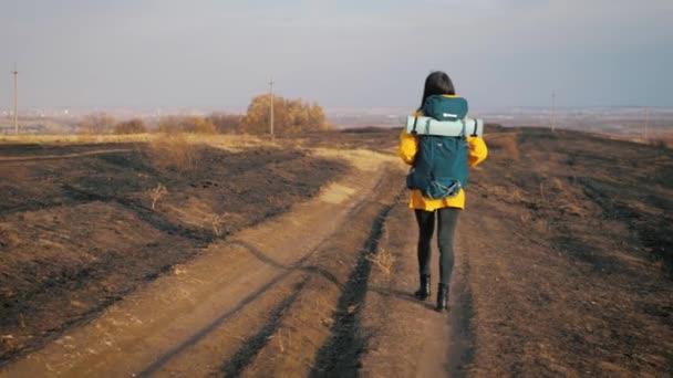 Wanderin mit Rucksack in den Bergen, Freiheit und Glück. Aktives Sport-Lifestyle-Konzept.