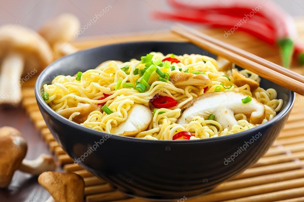 Kuchnia Azjatycka Makaron Instant Zdjecie Stockowe C Derkien