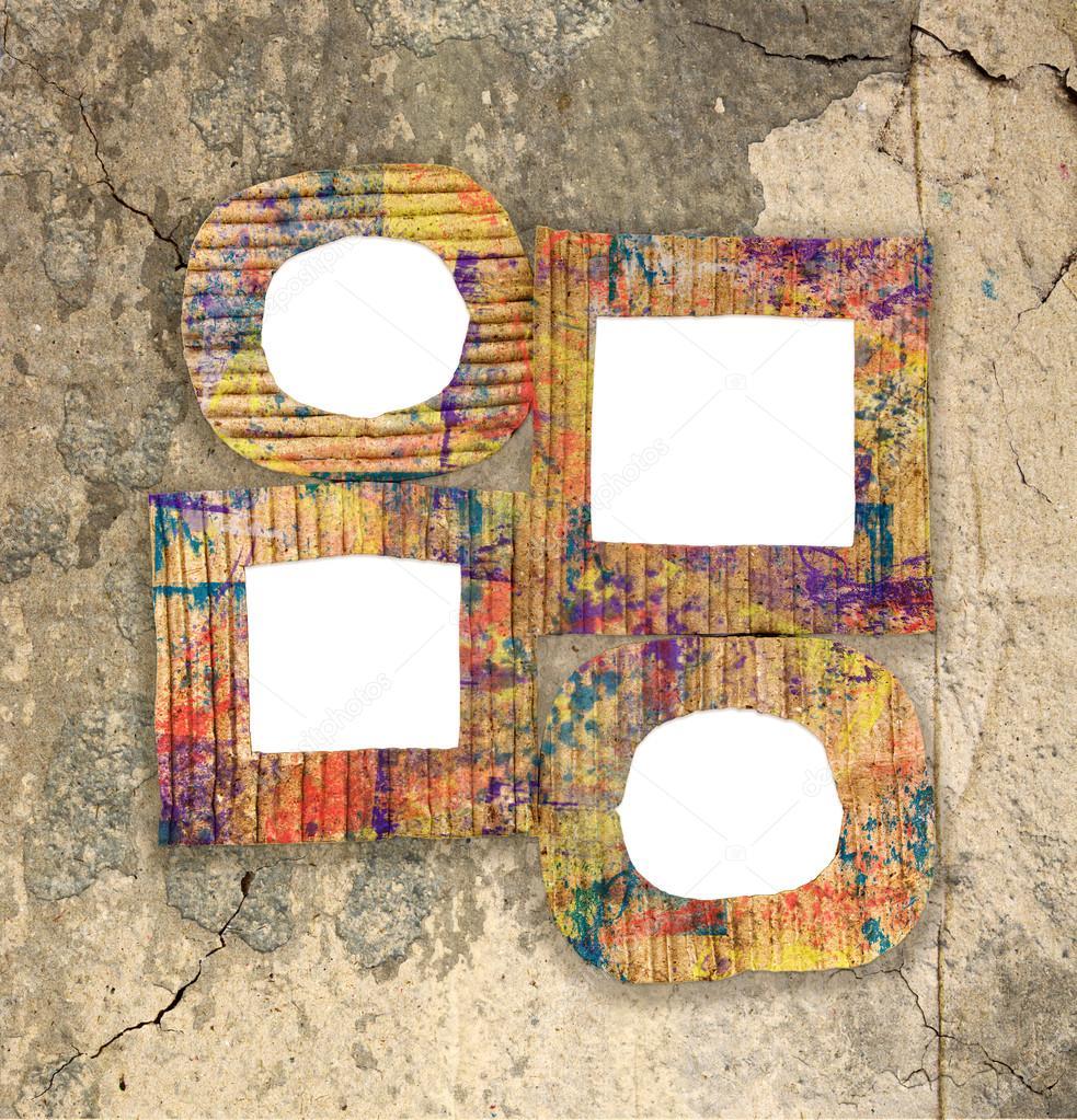 Gruppe von leeren bunt bemalte Pappe Rahmen an Grunge-Wand ...