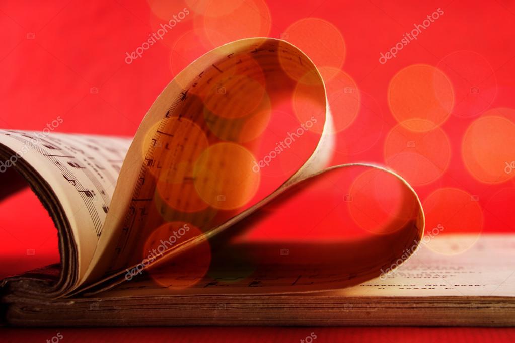 Libro de notación de música con forma de corazón en color rojo con ...