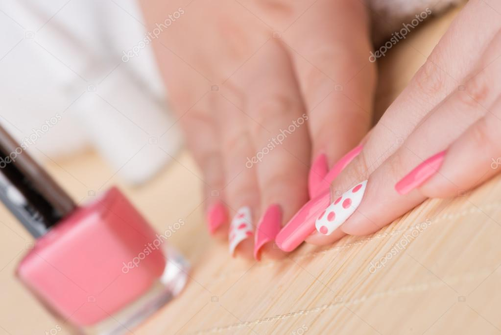 Uñas con esmalte de brillo, color de rosa y blanco — Fotos de Stock ...