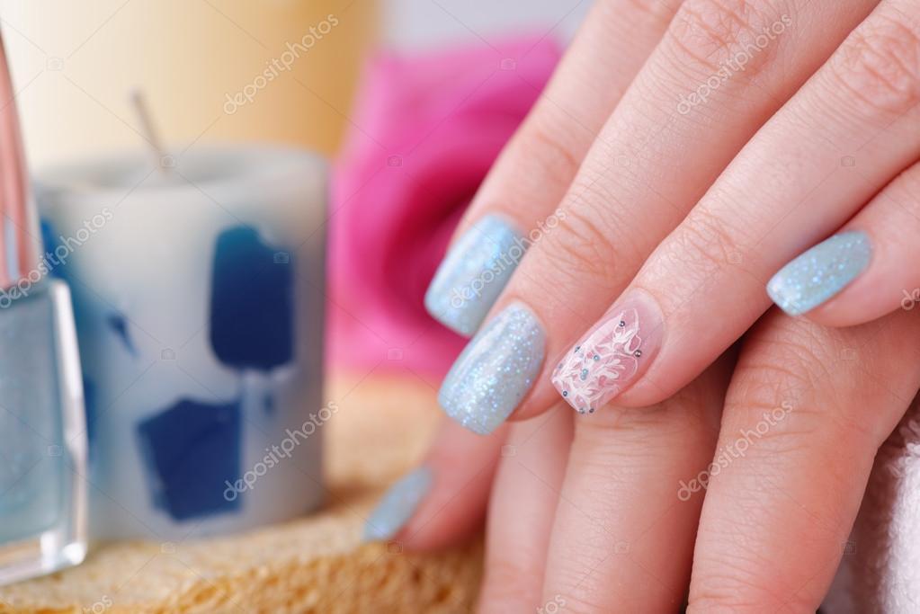 Fingernagel Mit Glitzer Blau Und Silber Politur Stockfoto
