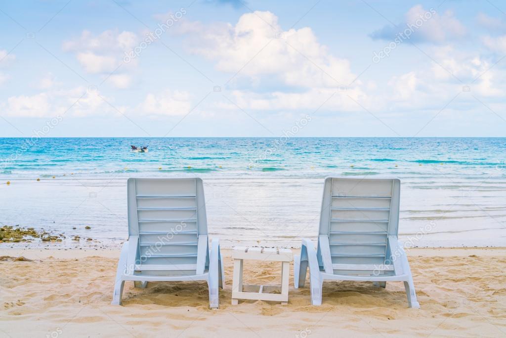 Schöne Liegestühle am tropischen Sandstrand — Stockfoto ...