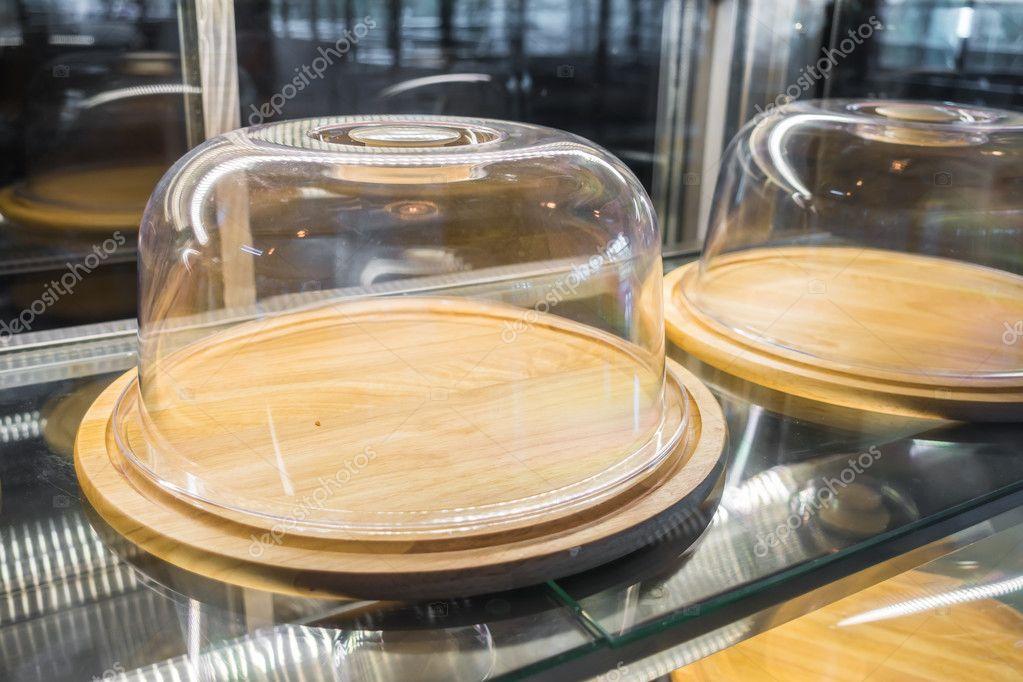 Vassoi In Legno Con Vetro : Vassoi di legno vuoti con una copertura di vetro u foto stock