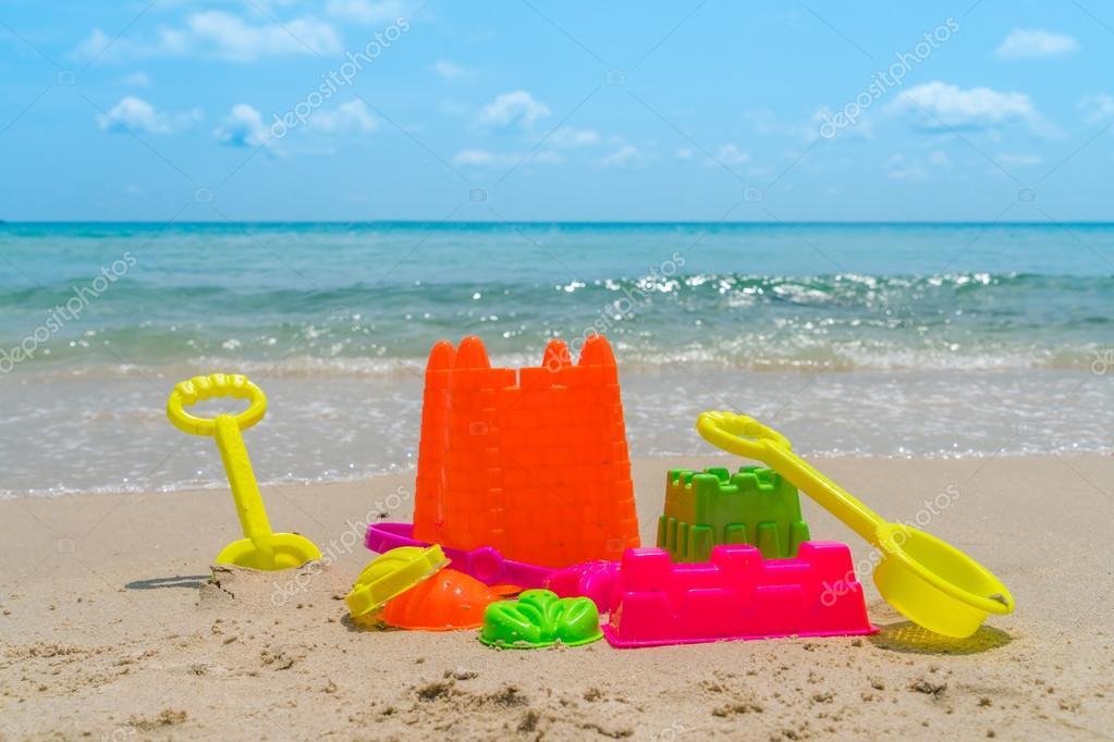 Giocattoli della spiaggia sulla spiaggia del mare foto for Disegni della casa sulla spiaggia