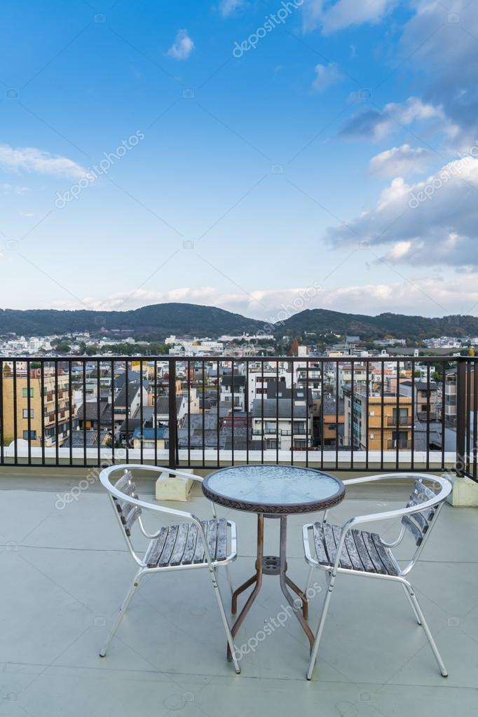 Tavolo e sedie esterno terrazza tetto — Foto Stock © jannystockphoto ...