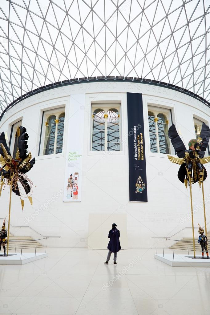 British Museum Great Court Interieur, eine Person in London ...