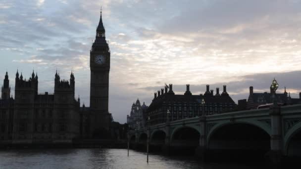 Big Ben a palác za soumraku v Londýně, přirozené světlo a barvy