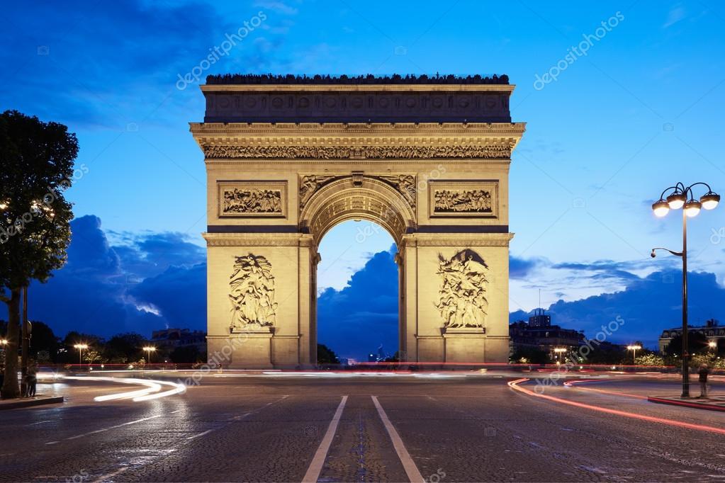 arc de triomphe in paris at night france ストック写真 andreaa