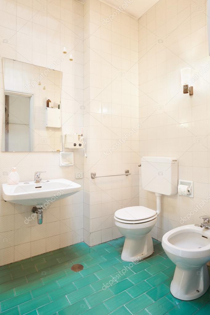 Proste Stare łazienki Z Zielone Kafelki Podłogowe Zdjęcie