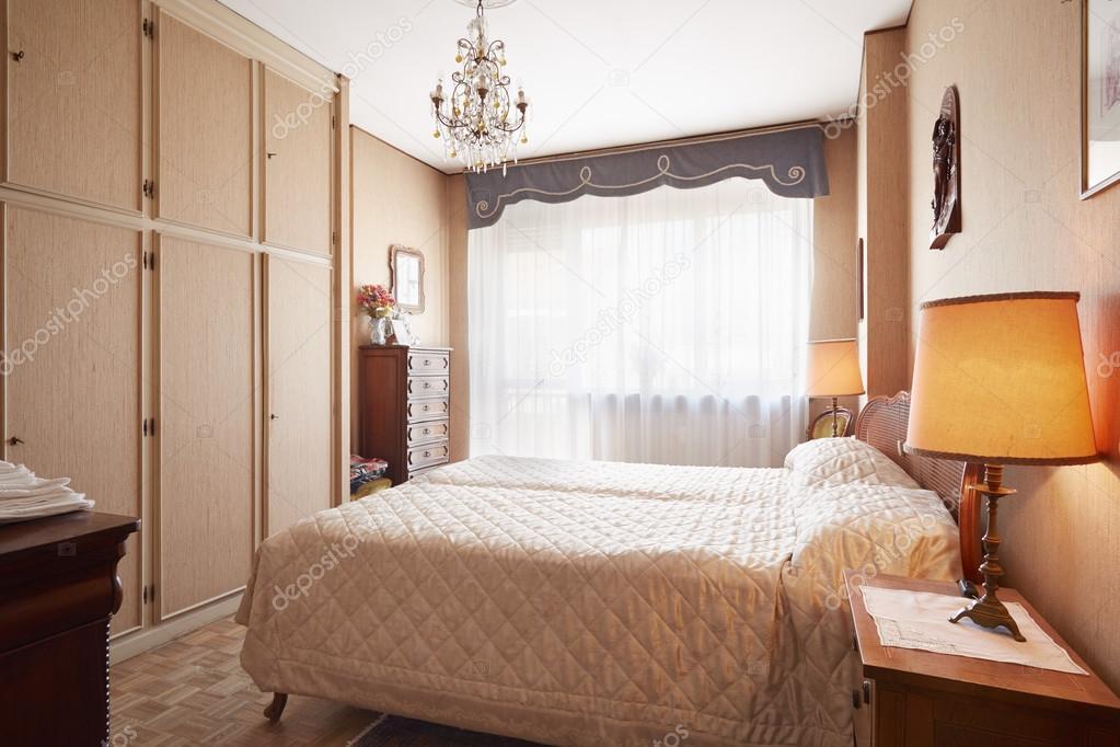 Altes Schlafzimmer mit Queen-Size-Bett im gemütlichen Haus ...