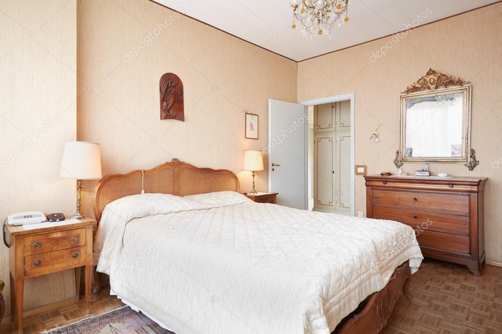 Alte Schlafzimmer mit Queensize-Bett im alten Innen — Stockfoto ...