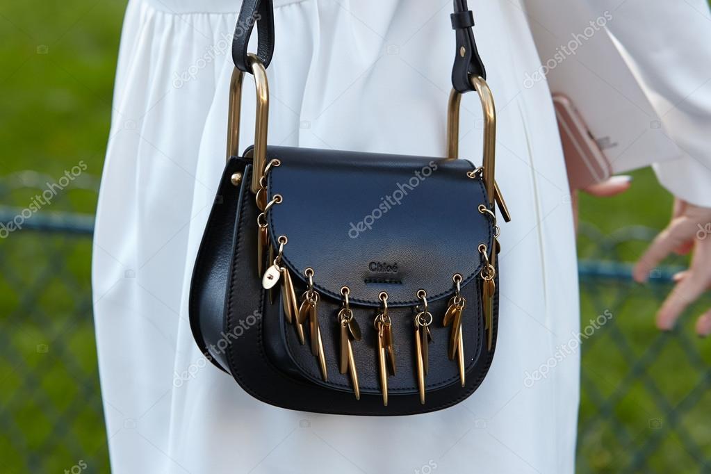 16b444112197 Chloe fekete táska előtt Chloe mutat, a párizsi fashion week– Editorial  Stock Fényképészet
