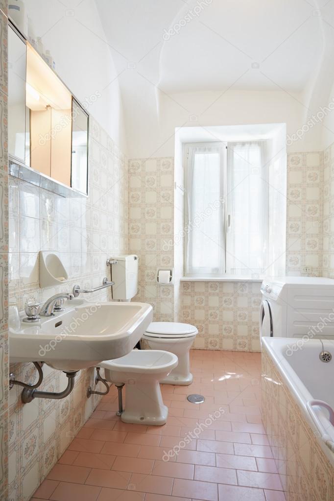 Eenvoudige, roze badkamer in oude appartement — Stockfoto © AndreaA ...