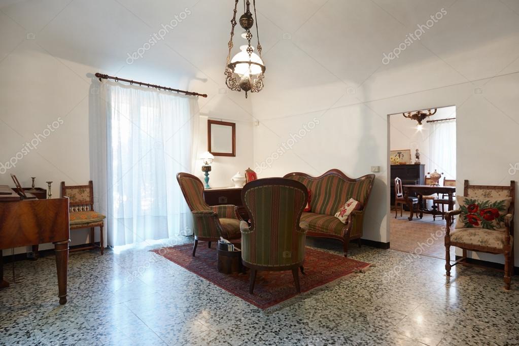 Woonkamer met antiquiteiten, oude interieur — Stockfoto © AndreaA ...