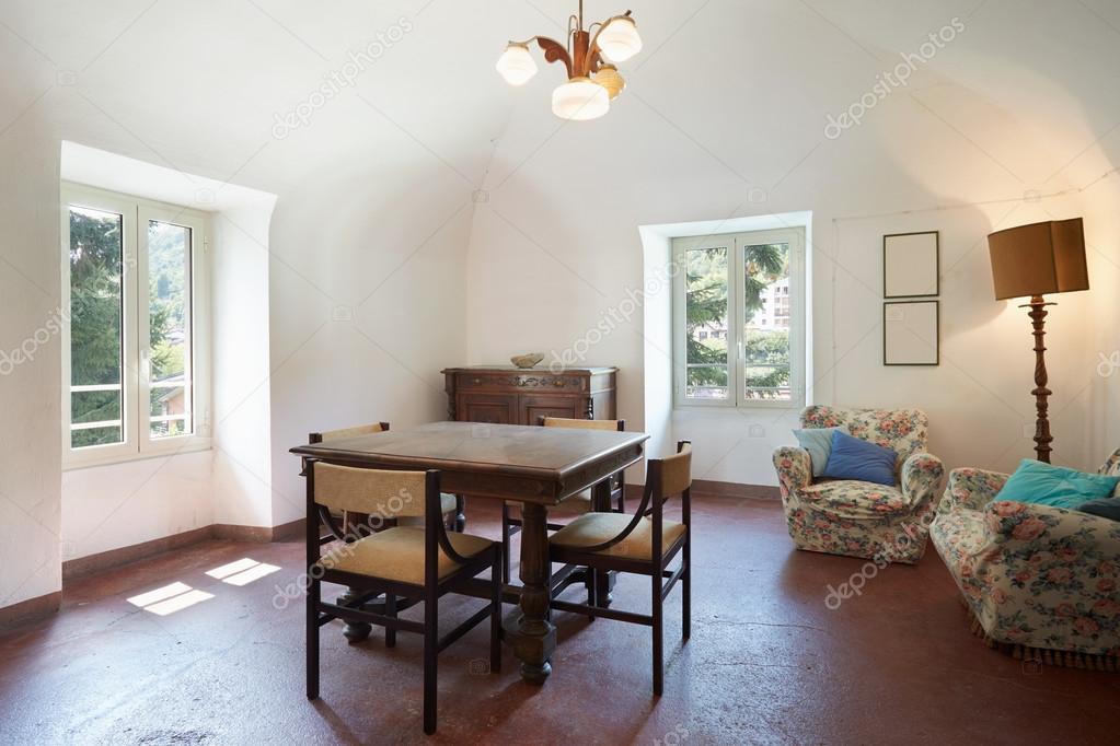 Woonkamer, oude Italiaanse interieur met tafel en vier stoelen ...