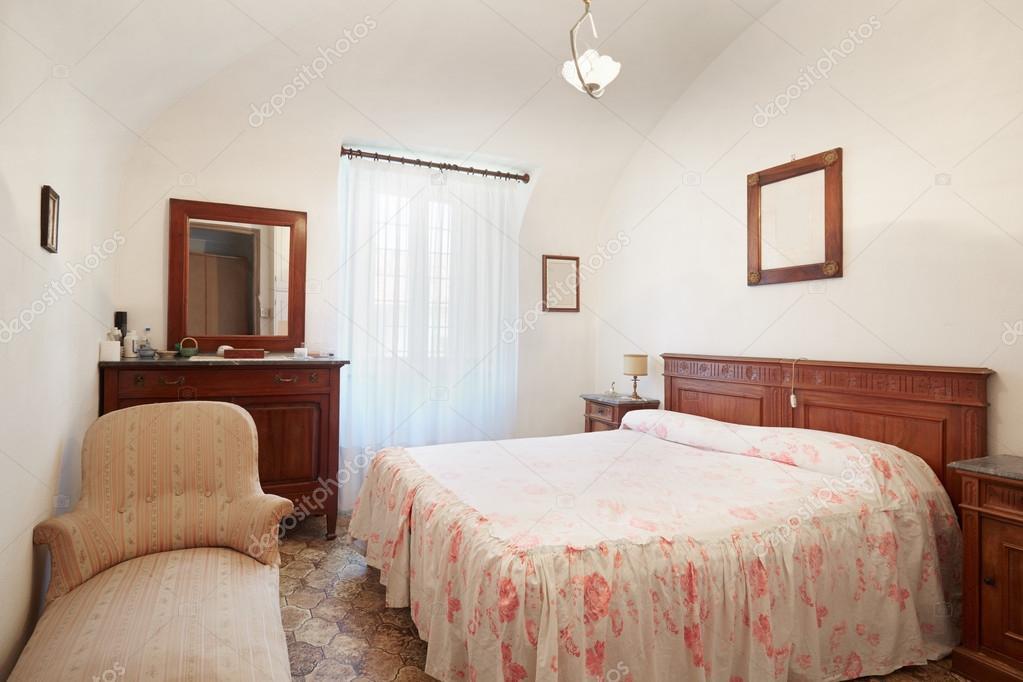 Altes Schlafzimmer mit Queen-Size-Bett im alten Haus — Stockfoto ...