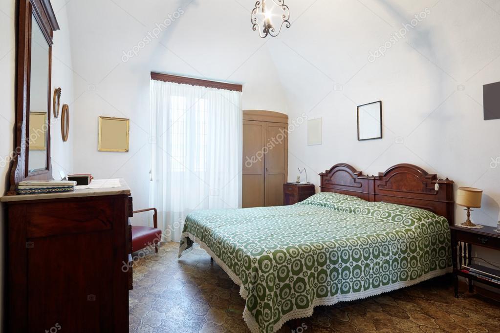 Ancienne chambre à coucher avec lit double queen dans ancienne ...