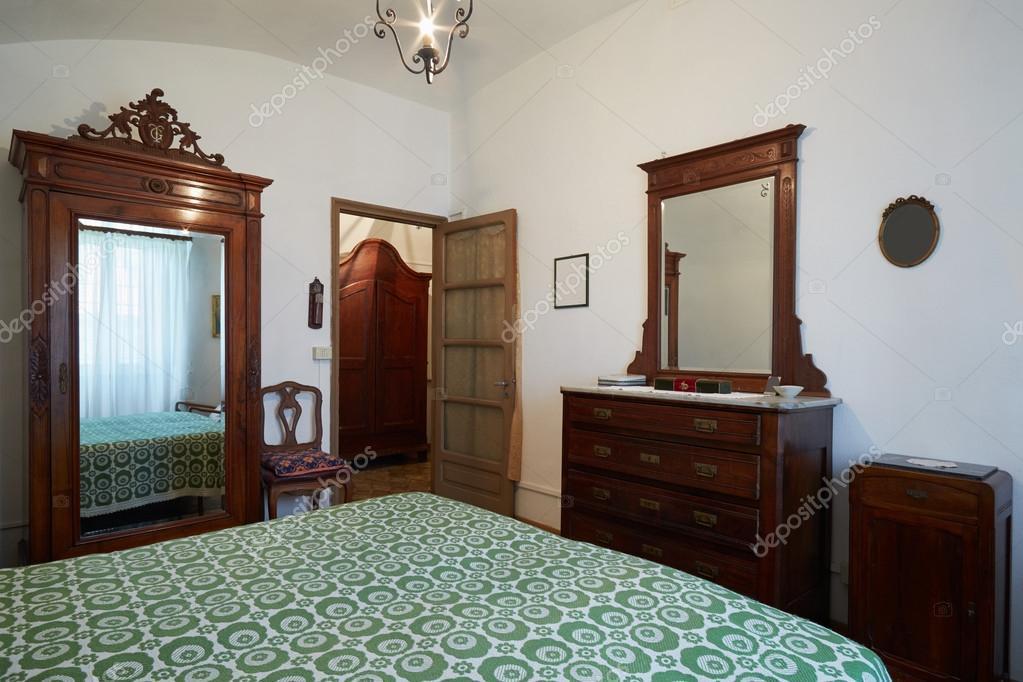 Oude slaapkamer met tweepersoonsbed in oude Italiaanse house ...