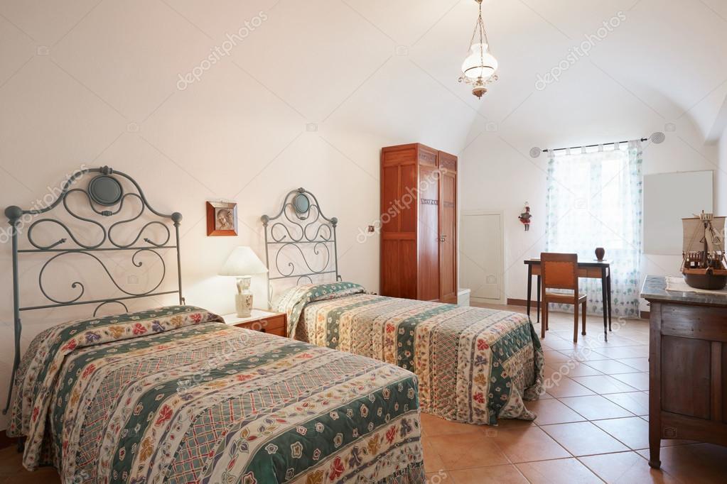 Altes Schlafzimmer mit zwei Betten im alten Haus — Stockfoto ...
