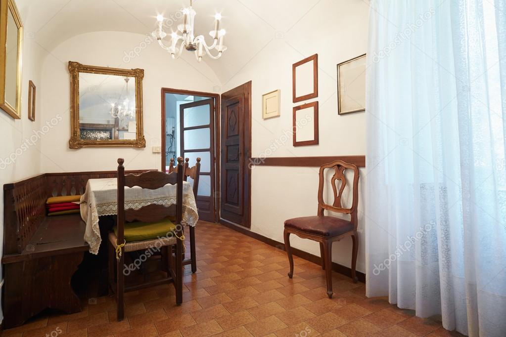 Eenvoudige eetkamer interieur in oud huis u stockfoto andreaa