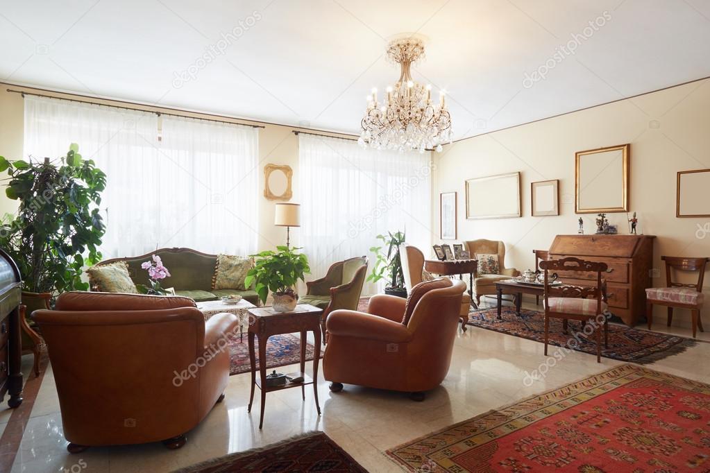 Wohnzimmer Klassische Einrichtung Mit Antiquitaten Stockfoto