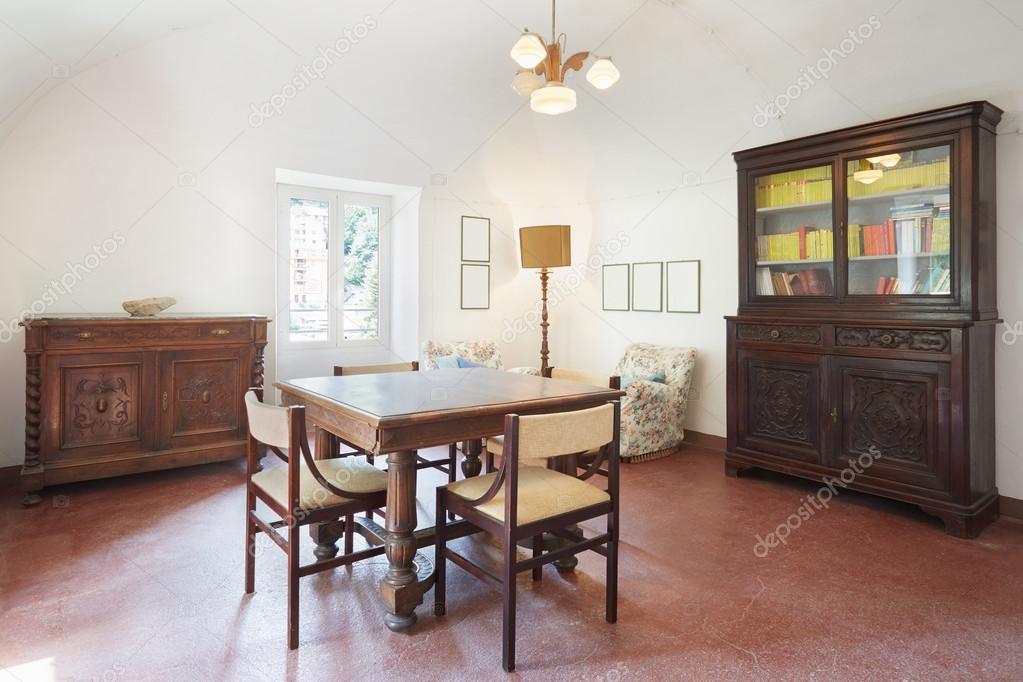 https://st2.depositphotos.com/1166351/8978/i/950/depositphotos_89789482-stockafbeelding-woonkamer-oude-interieur-met-tafel.jpg