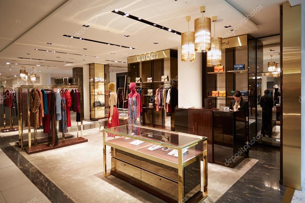 Londres - 10 août 2015   Selfridges magasin intérieur, Gucci boutique sur  10 août 2015. Selfridges est l un du plus célèbre grand magasin de Londres  — Image ... 31cb2e20343