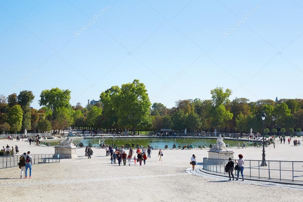 Beroemde Mensen In Parijs.Mensen In Beroemde Tuileries Tuin In Een Zonnige Dag Parijs