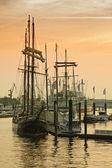 Fotografie Hamburger Hafen. Boot nach Sonnenuntergang, Deutschland
