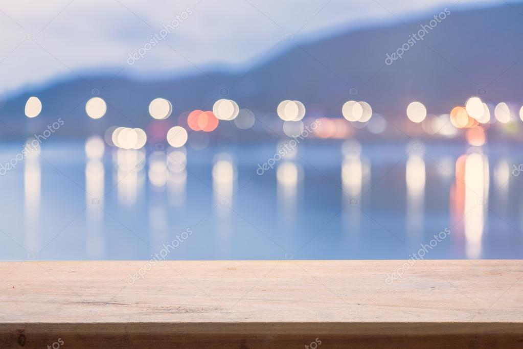 Variopinta della sfuocatura bokeh luci di notte sopra il mare con