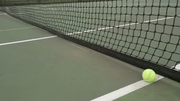 Tenisový míč rukou soudu