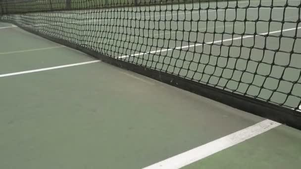 Tenisový míček zasáhne Net
