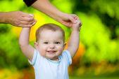 Mosolygós boldog baba tanulás séta kint