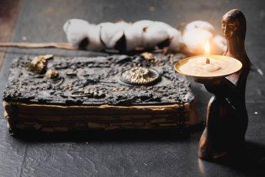 Antik büyü kitabı ve yanan mum. Masanın üstünde. Yakın. Büyücülük konsepti..