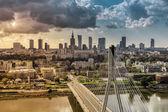 Fotografia skyline di Varsavia dietro il ponte, Polonia