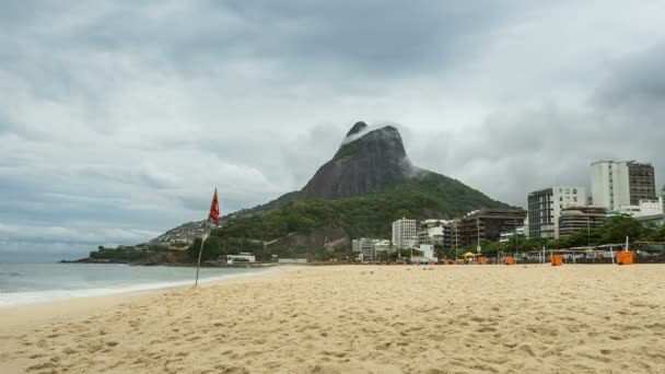 Prázdné pláže s panorama Rio de Janeiro