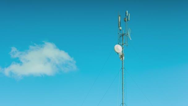 5g Antennendetail unter blauem Himmel